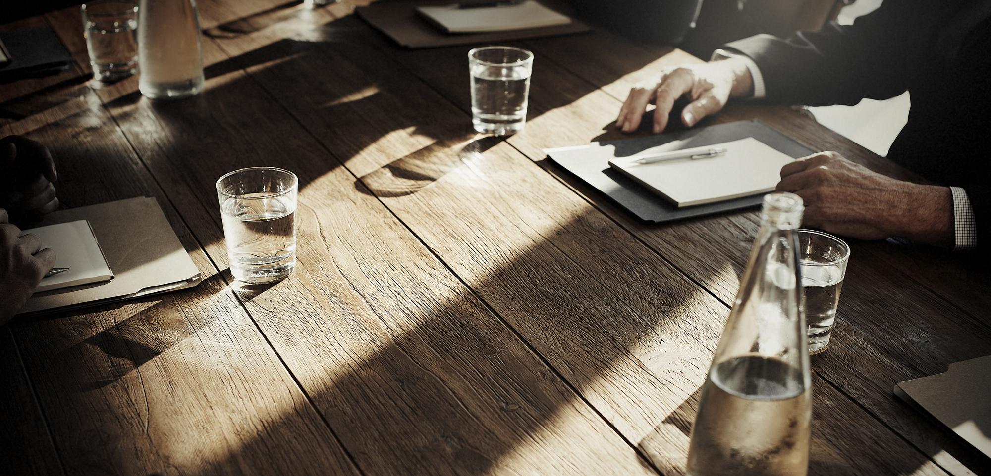 同調圧力とは何か 意味とビジネス上での実例を交えて詳しく解説