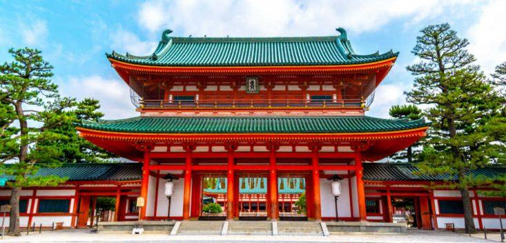 初詣の起源と初詣の作法を神社の場合と寺院の場合ごとに解説